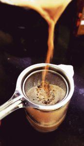Tee abgießen über Teesieb